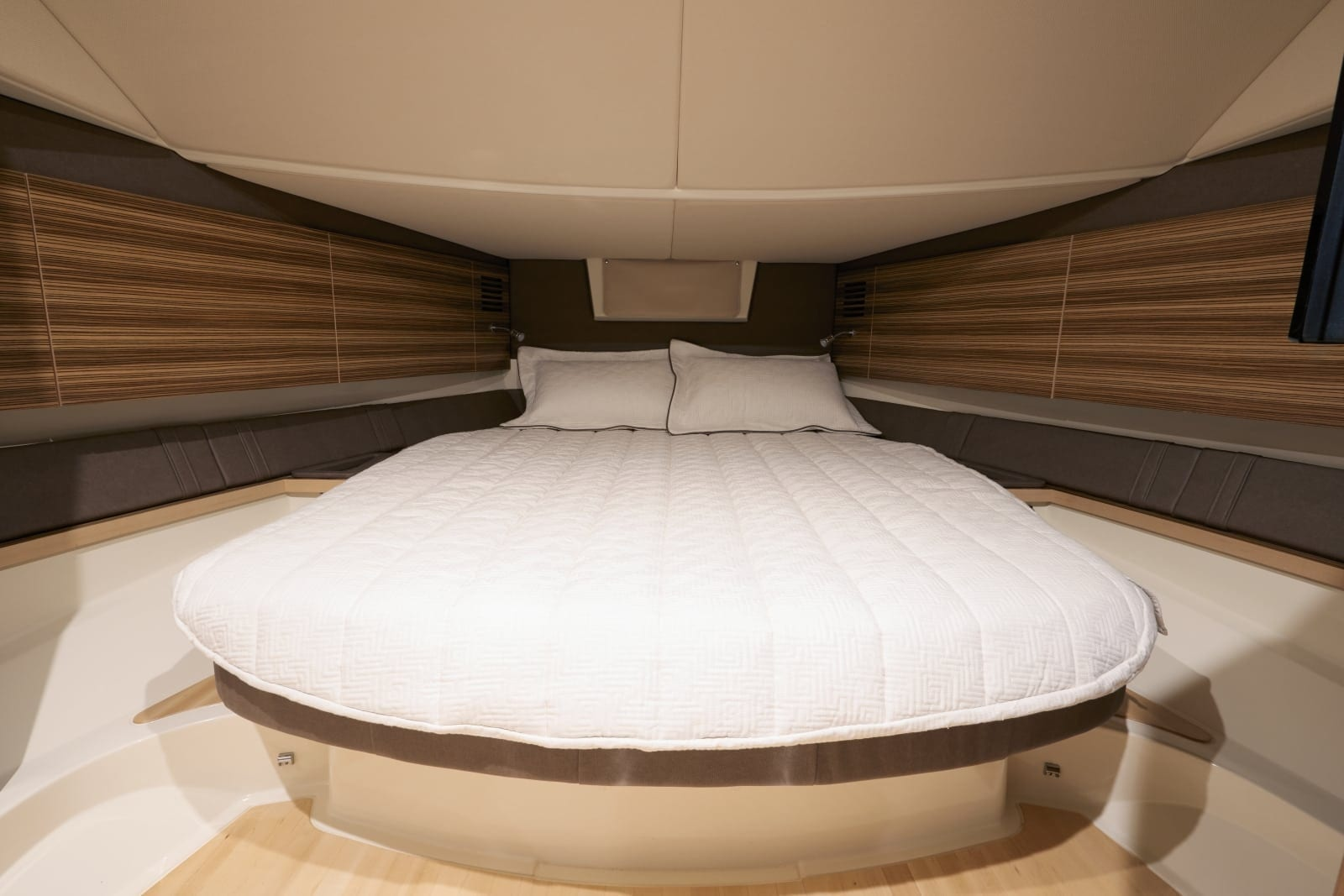 Chris Craft Launch 38 Queen Bed